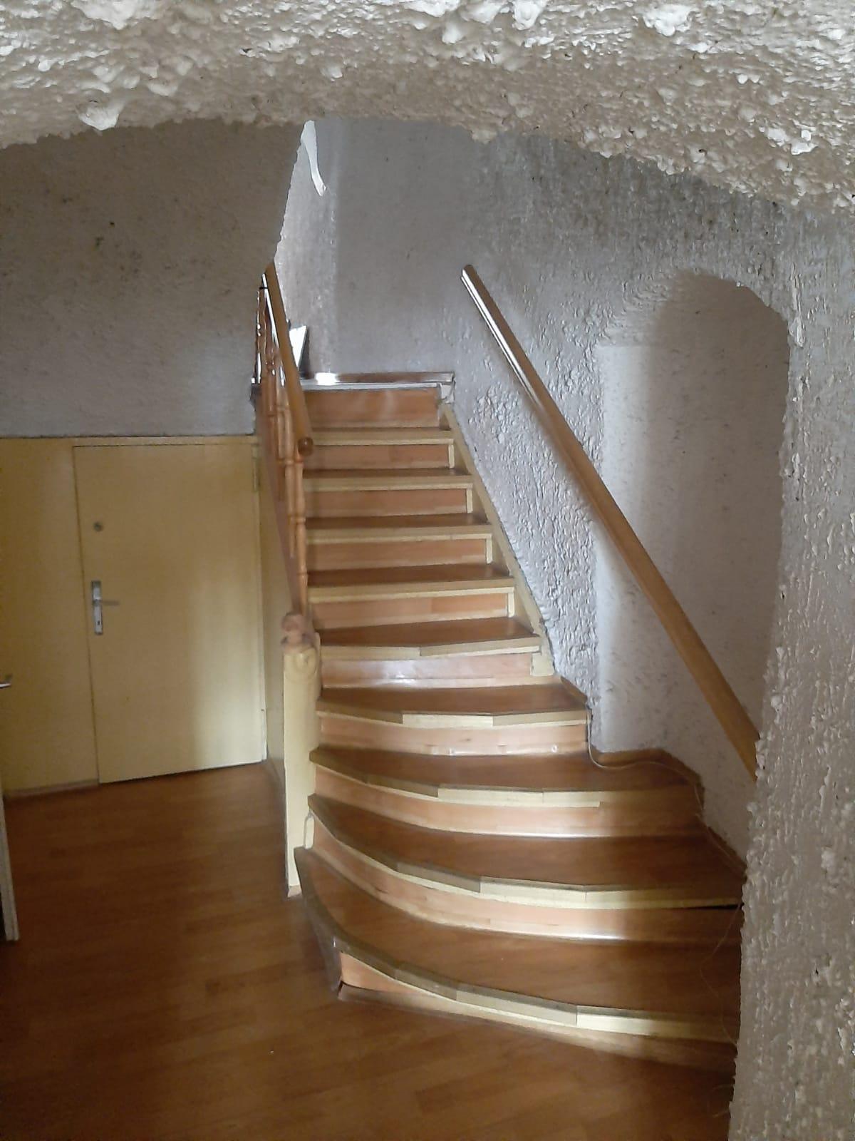 Dwupokojowe mieszkanie położone w kamienicy w ścisłym centrum Świdnicy.