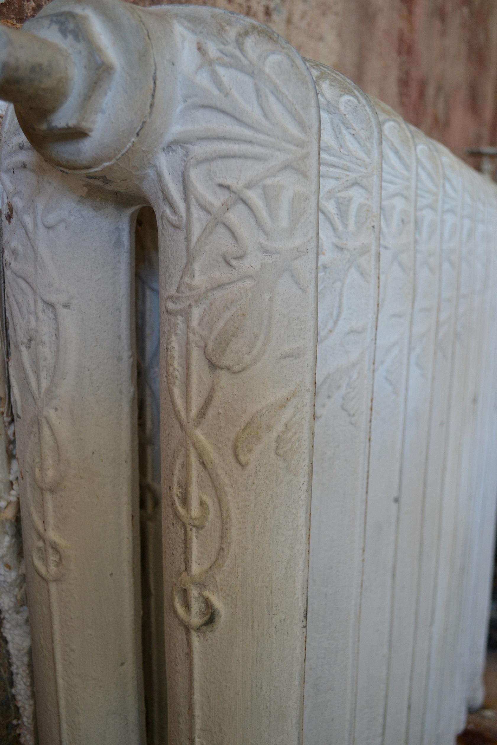 Grzejnik żeliwny – zabytkowy, zdobiony